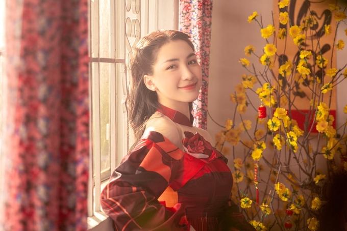 MV khắc họa hình ảnh đón Tết sum vầy qua bao thế hệ của gia đình hai chị em Hòa Đỗ và Lăng Đỗ từ khi cả hai chỉ là những đứa trẻ lém lỉnh, đến khi trở thành niên thiếu và trưởng thành lập gia đình.