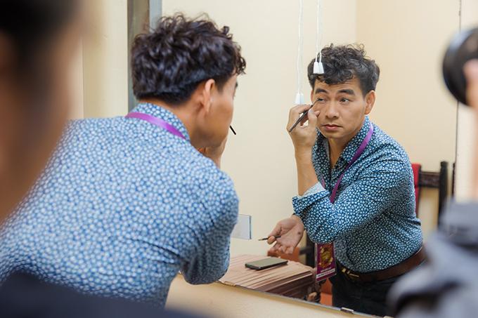 NSƯT Xuân Bắc tự trang điểm trước khi ra sân khấu. Anh vào vai Nam Tào, có nhiều màn đối đáp hài hước, sâu cay với Bắc Đẩu trên sân khấu. Nghệ sĩ vừa được bổ nhiệm làm Giám đốc Nhà hát Kịch Việt Nam hồi giữa tháng 1/2021.