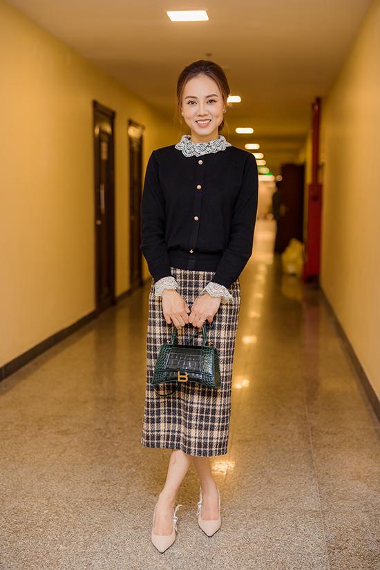 Ngọc Hà kém chồng 15 tuổi và rất ngưỡng mộ bạn đời ở tài năng diễn xuất cũng như cách sống trượng nghĩa với anh em đồng nghiệp. Yêu nhau lâu năm, cô biết hết các bạn bè thân thiết của anh nên không hề thấy lạ lẫm khi đến hậu trường Táo Quân. Tối 26/1, Ngọc Hà xuất hiện với trang phục thanh lịch kết hợp giày Dior, túi Balenciaga, khuyên tai Chanel.