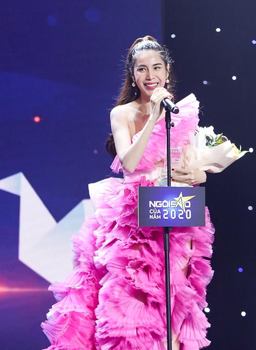 Thủy Tiên nhận hoa và kỷ niệm chương từ nhà báo Mai Liên - chủ biên Ngoisao.net. Ảnh: Maison de Bil.