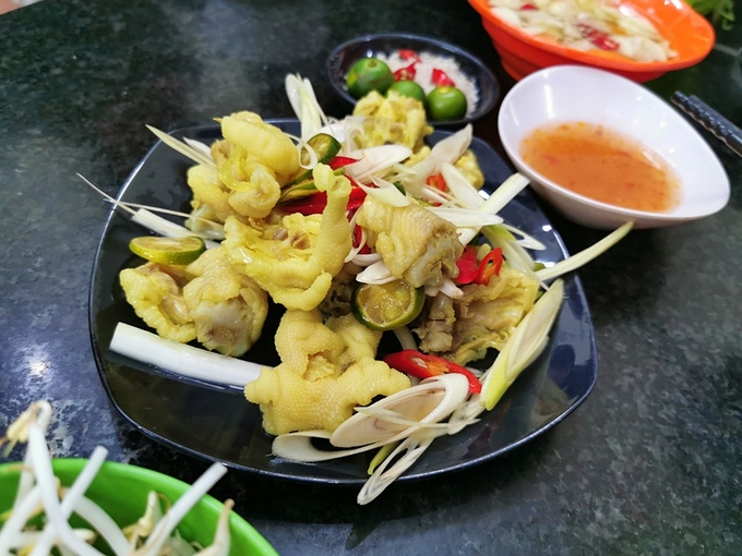 Chân gà là món ăn vặt, nhậu phổ biến tới mức bạn có thể tìm thấy ở khắp nơi. Vừa rẻ vừa ngon nên chân gà rất được ưa chuộng. Chân gà có thể nướng, luộc với gừng sả, hoặc chiên với mắm ớt. Ngoài ra, chân gà cũng là món gọi kèm hoặc nấu lẩu ăn lai rai. Ảnh: Fabienne Fong Yan