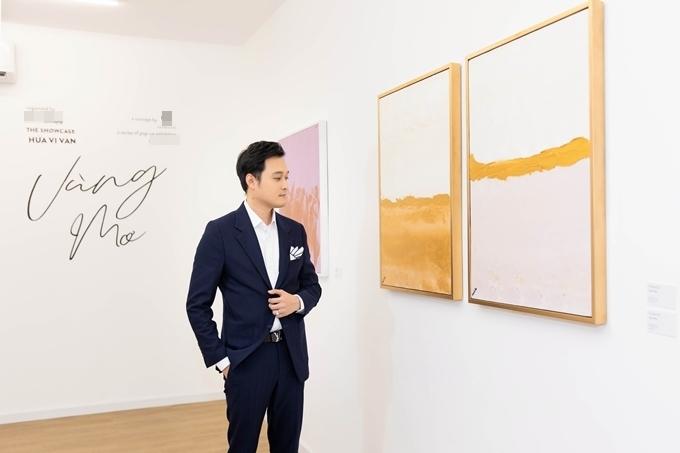 Ca sĩ Quang Vinh đến dự triển lãm và chúc mừng người bạn thân.