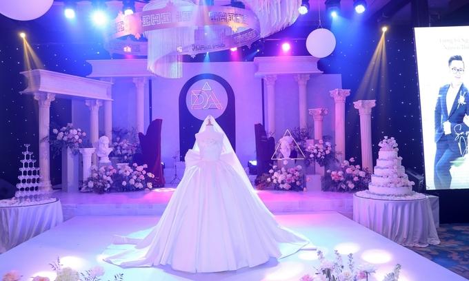 Tiệc cưới của Thúy An sử dụng tông tím hồng lãng mạn làm chủ đạo, phong cách cổ điển, lấy cảm hứng từ kiến trúc Hy Lạp cổ đại. Trước giờ làm lễ, bộ váy quan trọng nhất của cô dâu được đặt ở giữa sân khấu để các vị khách chiêm ngưỡng.