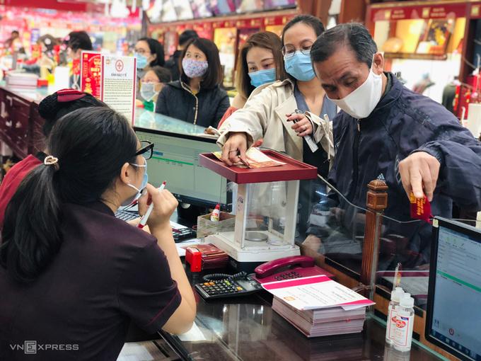 Khách hàng xếp hàng chờ tới lượt tại một tiệm vàng trên phố Trần Nhân Tông, Hà Nội. Ảnh: Quỳnh Trang.