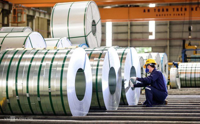 Bên trong nhà máy sản xuất thép. Ảnh: Phương Đông.