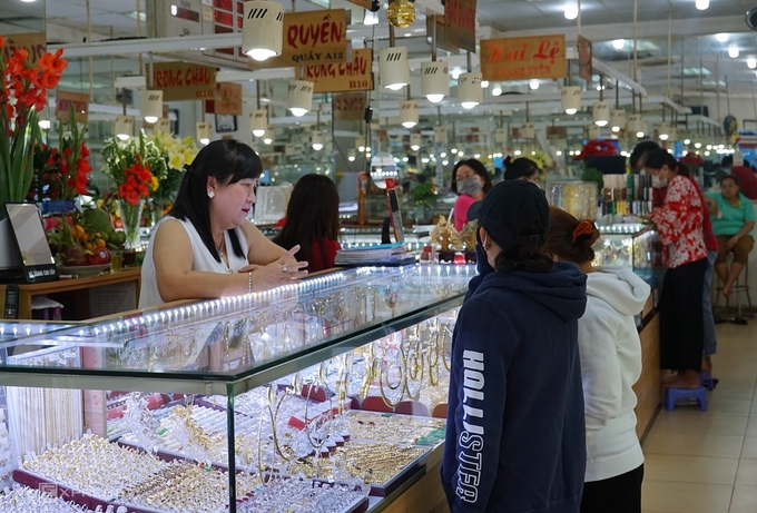 Khách mua vàng tại Trung tâm Vàng bạc đá quý Bến Thành (quận 1) sáng 19/2. Ảnh: Thiên Ngân.