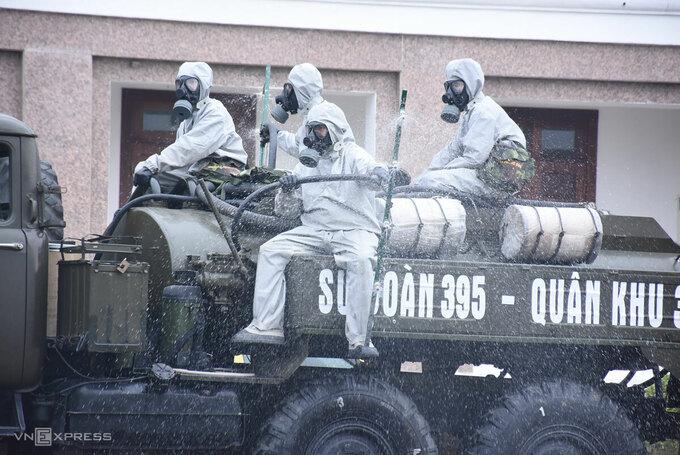 Quân đội phun khử trùng trong khu cách ly tập trung tại TP Chí Linh, tháng 1/2021. Ảnh: Nguyễn Huệ