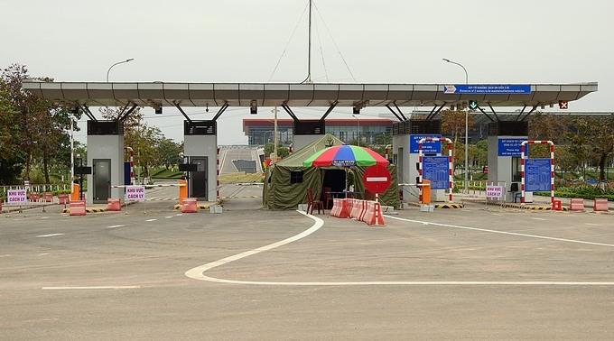 Sân bay Vân Đồn bị phong tỏa, nhà chức trách lập chốt kiểm soát ngay cổng ra vào. Ảnh: Minh Cương