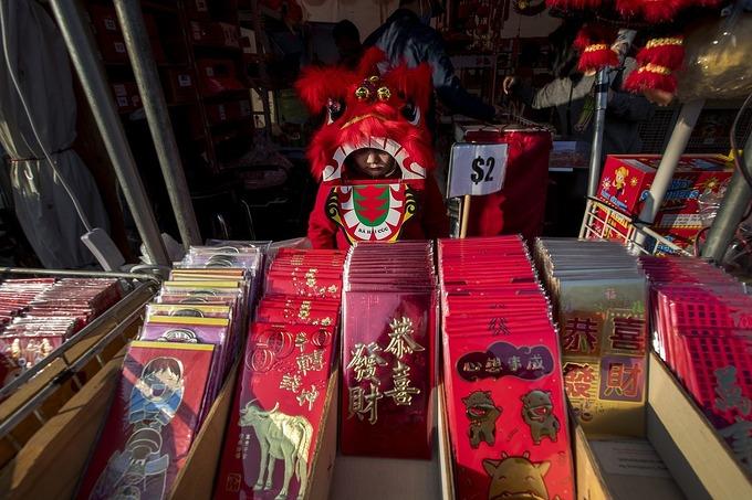 Bao lì xì được bán tại Asian Garden Mall ở Little Saigon. Ảnh: Los Angeles Times.