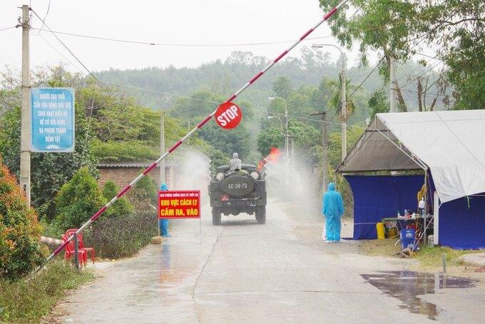 Xe quân đội phun khử khuẩn tại xã Thủy An, thị xã Đông Triều ngày 29/1. Ảnh: Văn Đạm