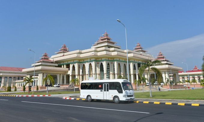 Bên ngoài tòa nhà quốc hội Myanmar ở thủ đô Naypyidaw ngày 1/2. Ảnh: AFP.